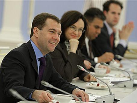 «Я бы хотел видеть Россию улыбающейся, с лицом молодого, современного человека», — сказал Медведев в интервью датским СМИ. На снимке: встреча в Горках с американскими бизнесменами. Фото: AP
