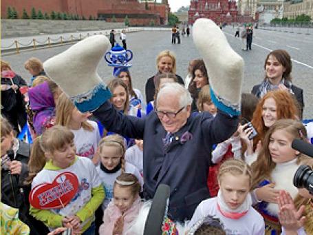 Пьер Карден на Красной площади вместе с детьми из творческого центра «Эколь». Фото: Антон Белицкий