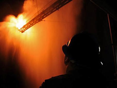 Огонь из скважины поднимался более чем на 75метров. От жара оплавилась и обрушилась стрела подъемного крана. Фото: AP
