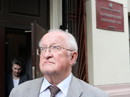 Виктор Геращенко у здания Хамовнического суда. Фото: ИТАР-ТАСС