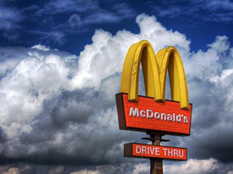 В 12 млн стаканов с изображением героев из мультфильма «Шрек», продаваемых в McDonald's, обнаружен токсичный кадмий. Фото: _skynet/flickr.com