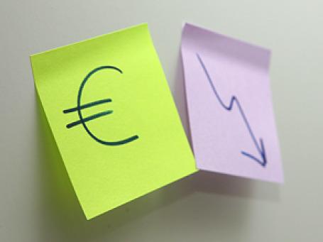 С прошлогоднего максимума евро потерял 21% своей стоимости, однако единая европейская валюта осталась выше среднего курса с момента своего создания в 1999 году и сильнее своей предшественницы, германской марки. Фото: Григорий Собченко/BFM.ru