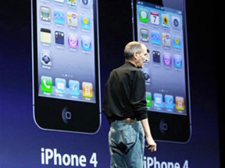 Стив Джобс назвал iPhone 4 «гигантским шагом вперед» по сравнению с первыми версиями смартфонов от Apple. Фото: AP