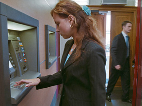 Госдума приняла закон, согласно которому банк–владелец банкомата обязан заранее информировать держателя карты о размере комиссии. Фото: РИА Новости