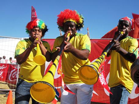 Назойливые вувузелы, метровые рожки южно-африканских болельщиков, станут неотъемлемым атрибутом ЧМ по футболу в ЮАР. Фото: Coca-Cola South Africa/flickr.com