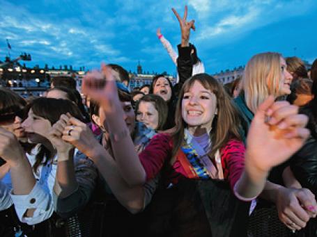 На проведение школьного выпускного вечера и приобретение праздничного наряда каждый третий родитель потратил от 10 до 20 тысяч рублей. Фото: РИА Новости