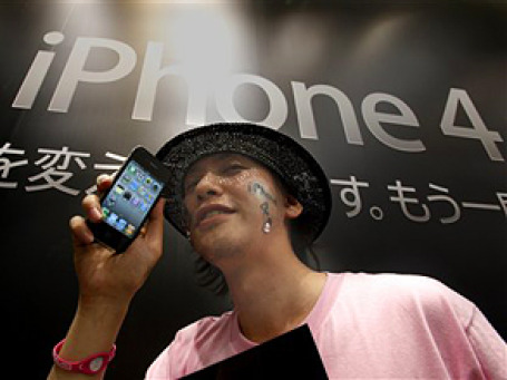 Эксперты прогнозируют, что Apple может продать сегодня миллион трубок iPhone 4. Фото: AP