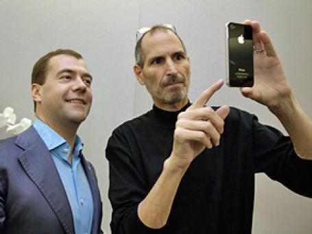 Президент Дмитрий Медведев первым из соотечественников стал обладателем смартфона iPhone четвертого поколения.Фото: РИА Новости