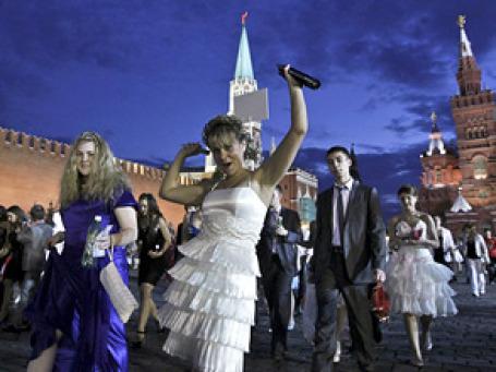 Гуляния по поводу окогнчания школы. Фото: РИА Новости