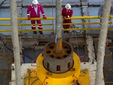 Подводные роботы установили новый, более плотно монтируемый, купол на аварийной скважине BP. Фото: AP
