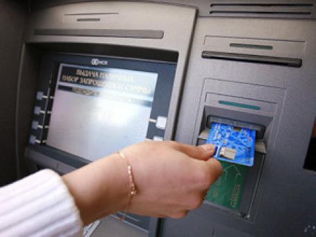 Со вставляющихся в банкомат пластиковых карт тихонько считываются все важные данные, которые затем используются злоумышленниками для производства карт-дубликатов и снятия с их помощью денег. Фото: РИА  Новости