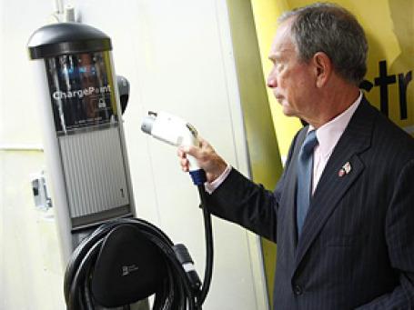 Майкл Блумберг на открытии электрозаправки.  Фото: AP