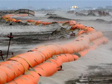 Крупные нефтяные компании, включая Exxon Mobil Corp и Royal Dutch Shell, потратят $1 миллиард на создание системы сдерживания утечек нефти в Мексиканском заливе. Фото: AP