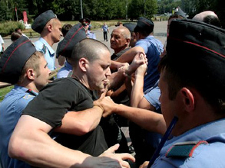 Приехавшие в лагерь милиционеры вместо футбольных фанатов стали задерживать активистов. Фото: РИА Новости