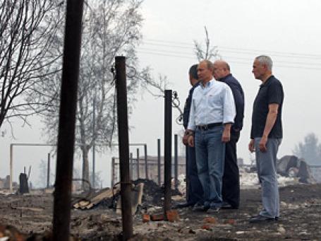 Побывав в Верхней Верее, премьер посоветовал руководителям муниципалитетов пострадавших от пожаров регионов, к которым есть претензии у местных жителей, уйти со своих постов. Фото: РИА Новости