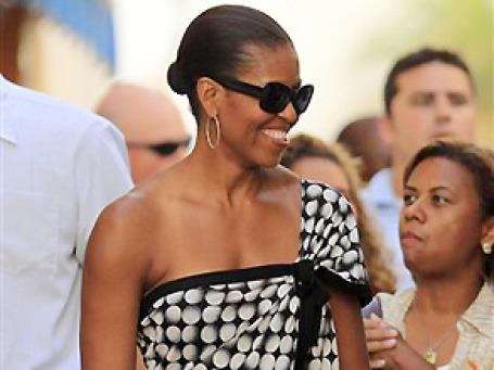Кофточка Мишель Обамы в горошек очаровала испанок. Фото: AP