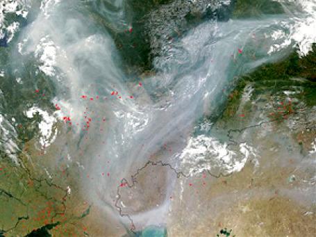 Дым от пожаров над западной частью России хорошо виден со спутника NASA. Фото: АР
