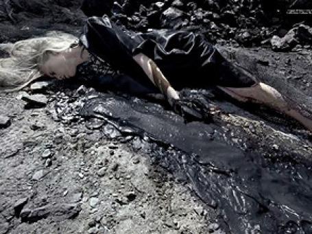 Опубликованные в итальянском Vogue снимки по мотивам катастрофы в Мексиканском заливе породили споры об этичности подобных фотографий. Фото: AP