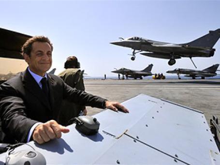 Мне бы в небо. Президент Саркози предвкушает радость полета на новом президентском лайнере, пусть и без ванны и печи для пиццы. Фото: AP