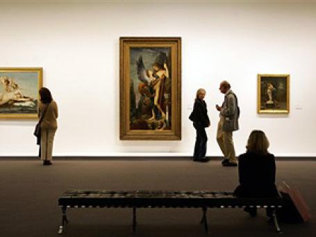 Рассматривая экспозицию, посетители музея не подозревают, что сами являются своего рода экспонатами. Фото: АР