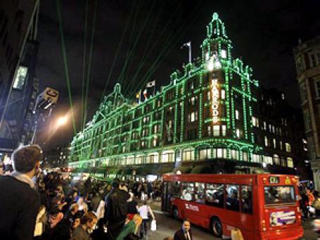 Мохаммед Аль-Файед признался, что в 2000 году отдал распоряжение снять с фасада принадлежавшего ему знаменитого универмага Harrods символы британской королевской семьи и сжечь их. Фото: AP