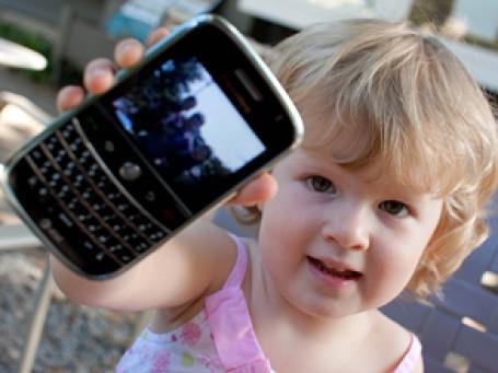 В то время, когда мобильный телефон нередко можно увидеть в руках у дошкольников, операторам сотовой связи невозможно не попытаться привлечь родителей специальными «детскими» услугами. Фото: PhotographyByPaul/flickr.com