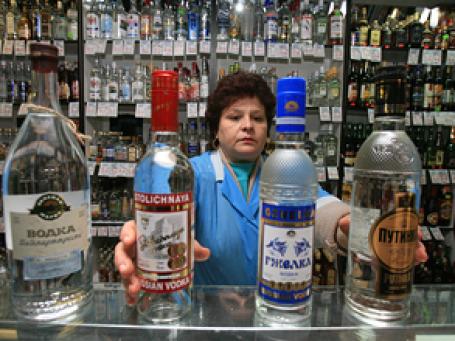 Цена продающейся в магазинах водки давно перешагнула психологически знаковый 100-рублевый барьер. Фото: BFM.ru