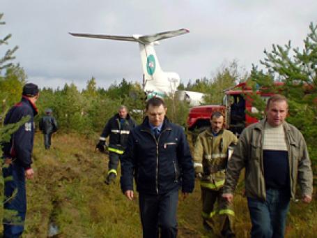 Ту-154 авиакомпании АЛРОСА, прорубив просеку в лесу, без жертв и практически без повреждений приземлился на заброшенном аэродроме в Коми. Зрелище было не для слабонервных, рассказывают очевидцы. Фото: РИА Новости