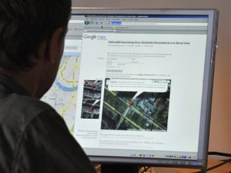 Немцы весьма охотно смотрят через замочную скважину Интернета, Street View от Google, на то, как выглядят чужие дома и улицы. При этом показать, где живут они сами, многие не желают. Фото: AP