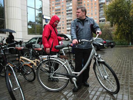 Лидер «Яблока» Сергей Митрохин приехал в Мосгорсуд на велосипеде. Фото: РИА Новости