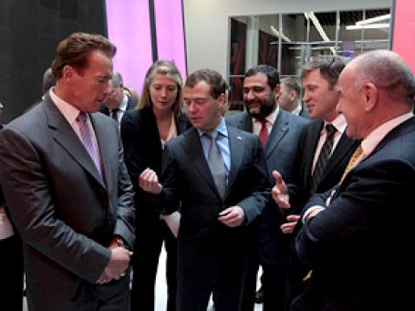 Дмитрий Медведев буквально на пальцах объяснил Арнольду Шварценеггеру, как будет функционировать «Сколково».  Фото: РИА Новости