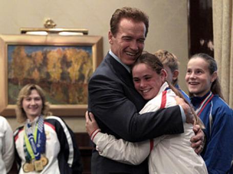 Молодые российские спортсменки и легенда бодибилдинга были рады встрече друг с другом. Фото: РИА Новости
