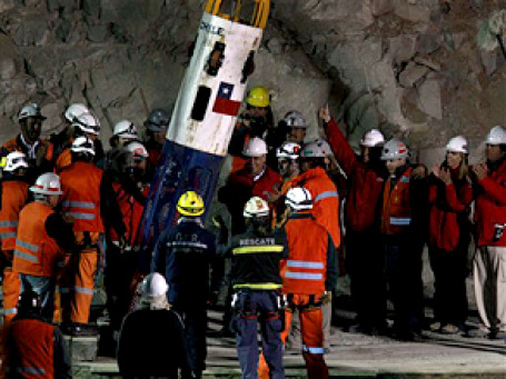 Капсула «Феникс» подняла на поверхность первого шахтера. Фото: АР