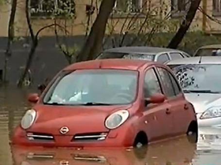 Из-за аварии на трубопроводе затоплены несколько улиц, ушли под воду машины. Фото экрана сайта ntv.ru