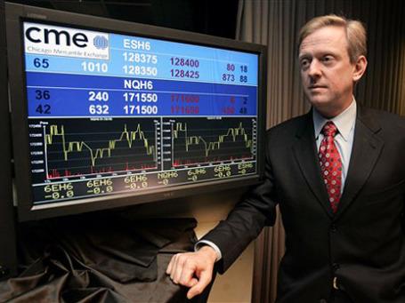 Главный исполнительный офицер Чикагской товарной биржи Крейг Донохью договариевается о фьючерсах на пшеницу. Фото: АР