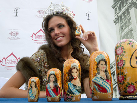 «Мисс Россия» Ирина Антоненко с набором матрешек с изображениями победительниц «Мисс Вселенная» последних 5 лет. Фото: РИА Новости