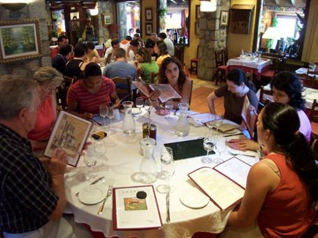 Посидеть с  друзьями в ресторане традиционно одна из главных составляющих испанского образа жизни. Но в кризис ей приходится жертвовать. Фото: TalkingTree/flickr.com