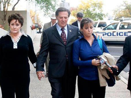 Том Делэй с женой и дочерью после суда присяжных в Техасе. Он себя виновным не считает. Фото: AP