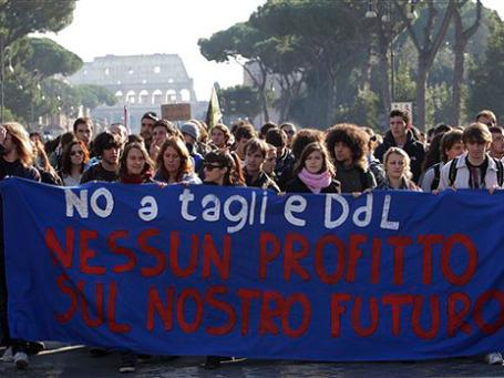 В разных городах Италии прошли студенческие акции протеста. Молодежь требует от политиков не жертвовать ее будущим. Фото: AP