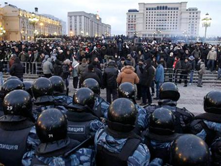 В субботу на Манежной милиция предпочла договариваться с толпой погромщиков. Фото: АР