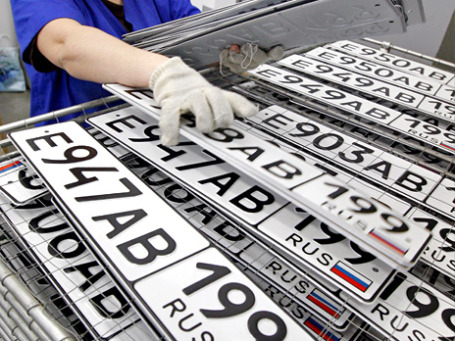 Пройти регистрацию и получить номера на машину можно будет сразу при ее покупке. Фото: РИА новости