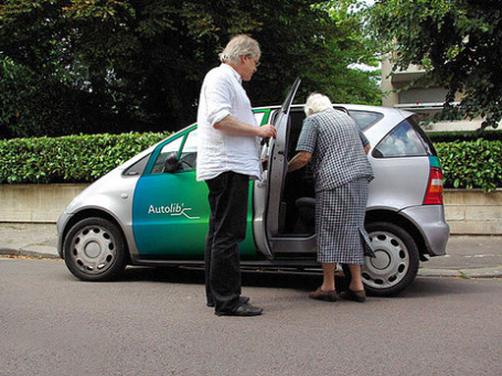 Вскоре на тысяче стоянок, из которых 700 расположены непосредственно в Париже, а 300 — в его окрестностях, планируется разместить 3 тысячи электромобилей. Фото: faberNovel2009/flickr.com