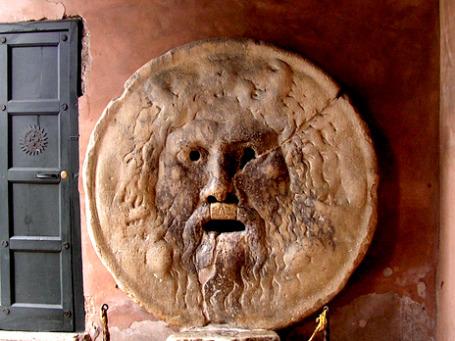 В средневековой Италии доносы складывали в Bocca della Verita, «уста правды». В России XXI века для этого существуют более технологичные решения. Фото: ~ l i t t l e F I R E ~/flickr.com