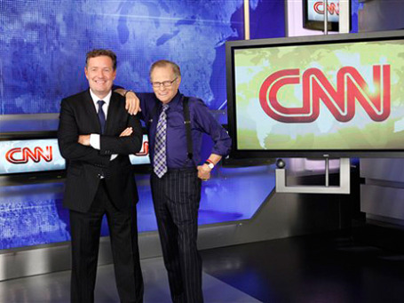 Ларри Кинг (справа) уступает свое время в эфире Пирсу Моргану (слева). Фото: АР