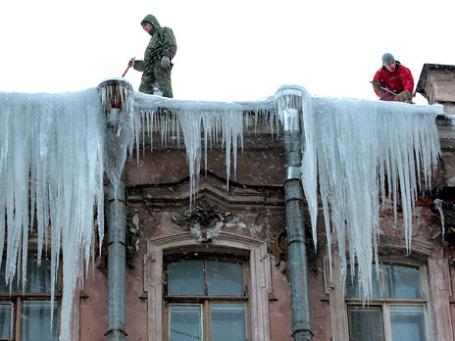 Огромные сосульки на крышах — неотъемлемая черта городского пейзажа северной столицы. Фото: РИА Новости