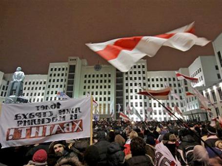 Несанкционированный митинг на Октябрьской площади Минска собрал несколько тысяч человек, недовольных результатами президентских выборов. Фото: AP
