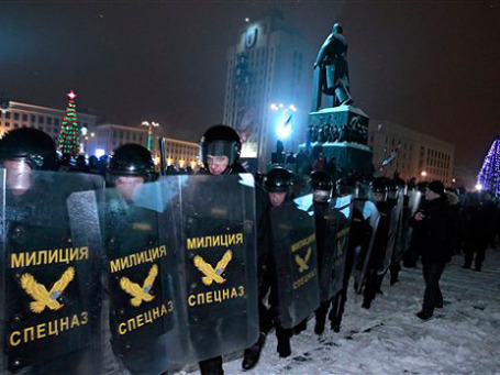 К полуночи на площади остались лишь омоновцы и военные, ошметки одежды, лужицы крови и разодранные флаги. Фото: AP