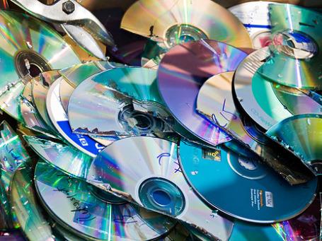 Пользователь может заплатить «авторские» напрямую или косвенно трижды — за лицензию, за мобильный и за карту памяти в нем. Фото: swanksalot/flickr.com