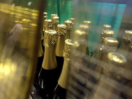 Большинство россиян не хочет остаться без алкоголя на корпоративной новогодней вечеринке. Фото: РИА Новости