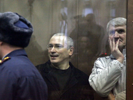 Ходорковский и Лебедев сегодня поблагодарили всех, кто приходит к Хамовническому суду, чтобы их поддержать. Фото: Оксана Онипко/BFMru